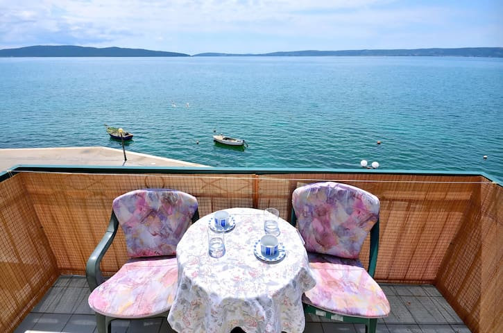 Charming Seafront Apartment Blue - Kaštel Kambelovac - Appartement