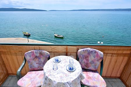 Charming Seafront Apartment Blue - Kaštel Kambelovac