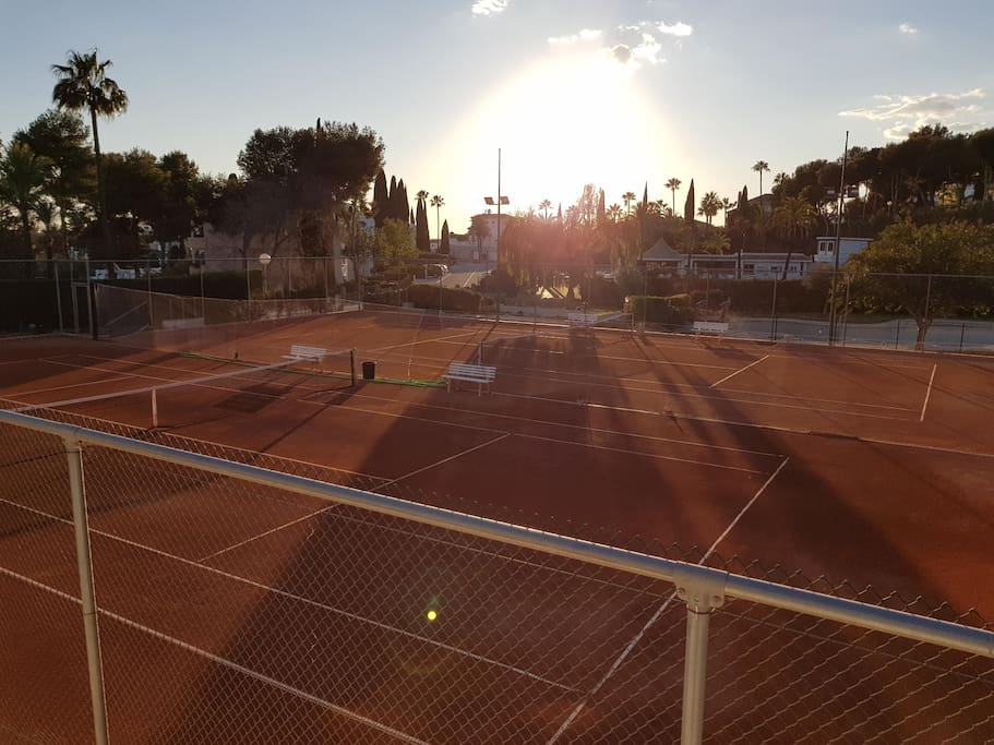 6 tennis courts and 2 pádel courts in front of the apartment