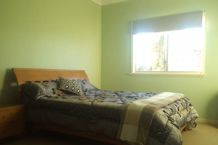 Lovely, homely stay in cottage garden in Albany.