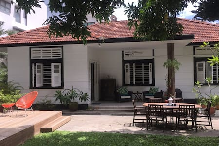Stunning traditional bungalow with swimming pool - Singapore