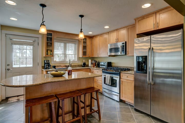 Comfortable home w/ private deck - close to downtown, beaches & cranberry bogs!