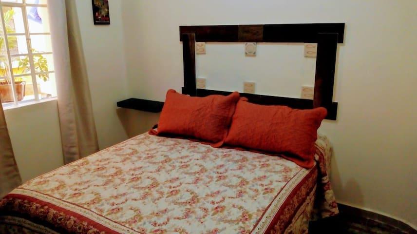 Recamara, la recamara cuenta con sábanas, colcha y cobija limpias, si desean usar el sofá cama (que es la segunda cama) se les proporciona sábanas extras