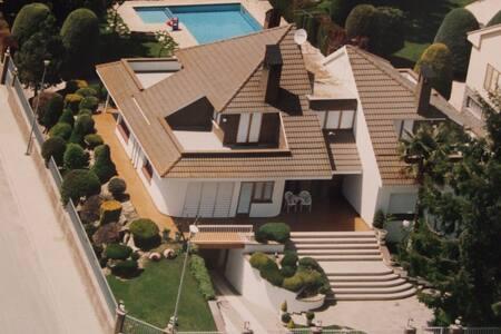 Espaciosa casa de vacaciones con piscina privada en Catalunya