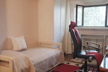 Camera singola e scrivania. Ogni nostro letto è dotato di finiture alberghiere per quanto riguarda: coprimaterasso, lenzuola, federe, cuscini e trapunte copriletto. Coccolatevi con finiture alberghiere!