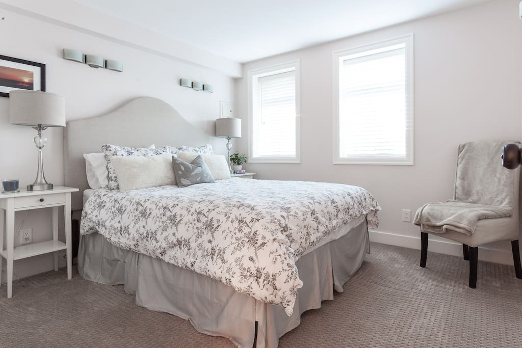 Queen bed with ample closet space