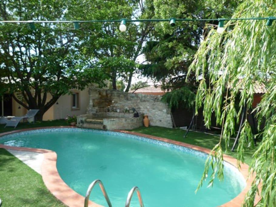 la piscine est équipée d'une alarme de protection