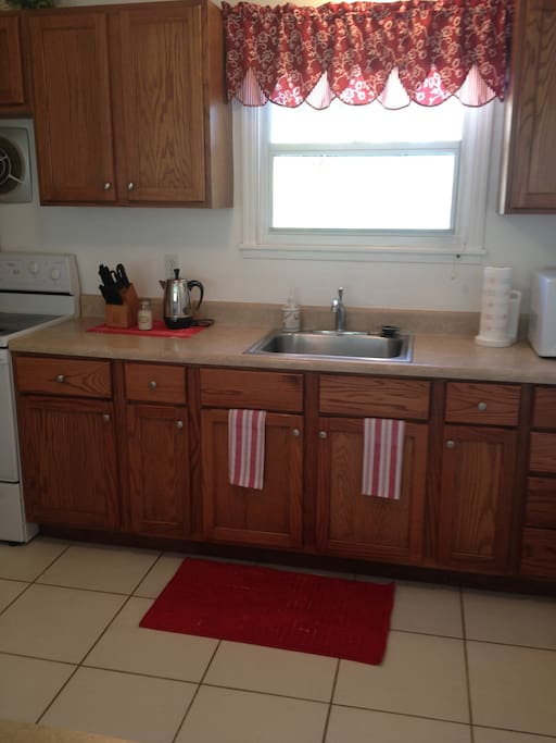 Kitchen: all cooking and serving items available; microwave, coffe/tee pot, toaster