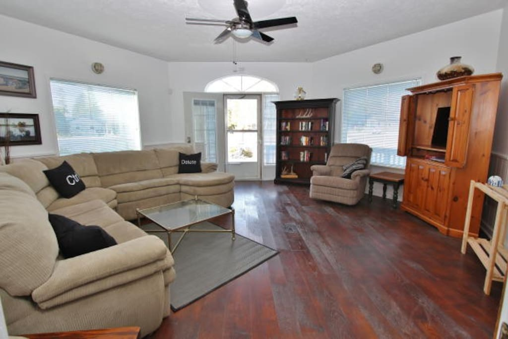 Large Living Area w Pull Out, Netflix TV, Free WiFi