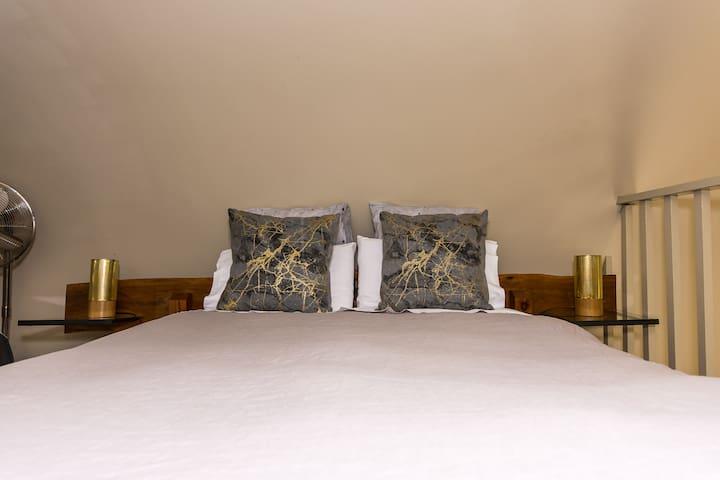Loft Q/S bed