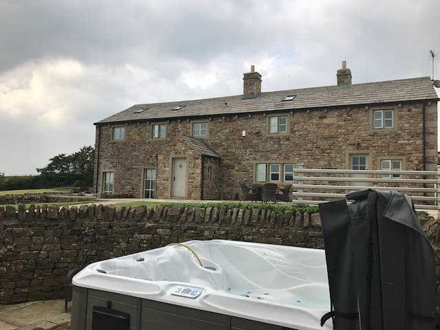 Beautiful farm house conversion, Hot tub, Wifi