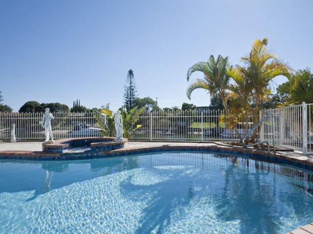 Waterfront Home w Pool, Beach 2km, Surfers 3km. - Surfers Paradise - Hus