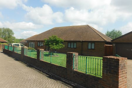 double room with private shower room(not en-suite) - Sellindge - Bed & Breakfast