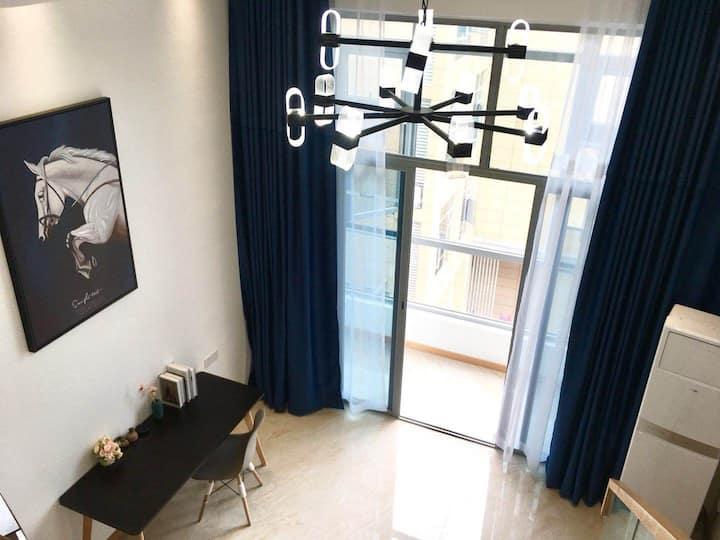 loft投影房位于红谷滩学府大道地铁口世贸APM,房间设施全智能化天猫精灵语音控制,时尚,有科技感。