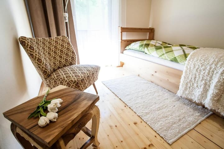 Einbettzimmer mit Balkon im Hotel Bad Jungbrunn