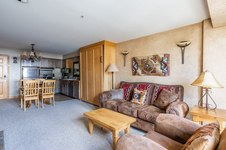 Ski-in/out condo w/mtn views and shared hot tub, pool & gym access