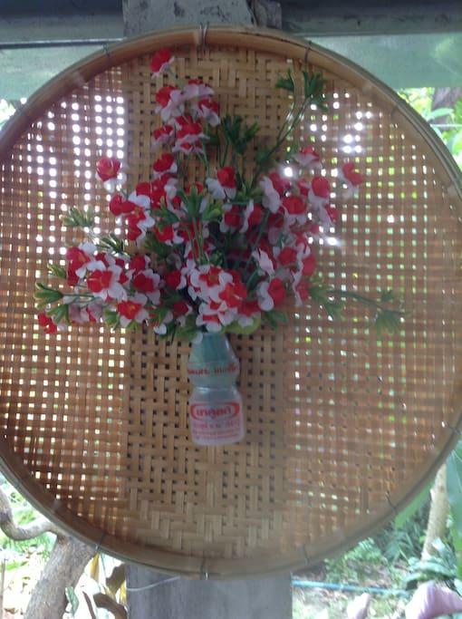ดอกไม้พลาสติกกับขวดนมเปรี้ยวและภาชนะสานด้วยไม้ไผ่ ประยุกต์ให้เข้ากันได้ค่ะ