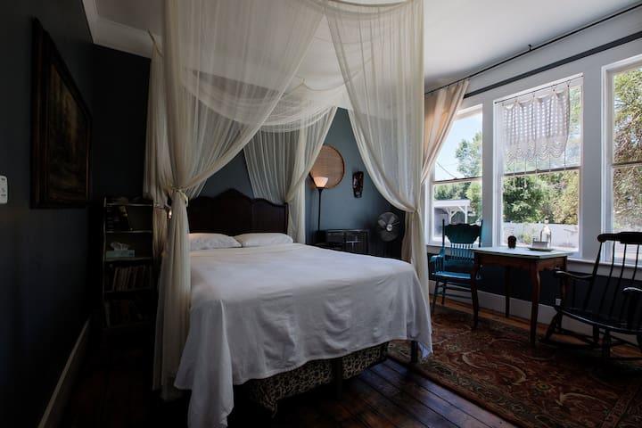 Somerset Room at the Gilded Drifter Inn Loyalton