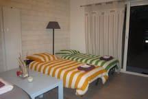 Coin salon converti avec deux vrais lits