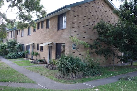Spacious Retro Townhouse with Pool - Matraville