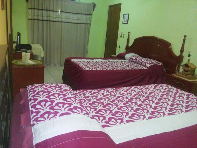 Large bedroom, two blocks from the beach. - Mazatlán - House