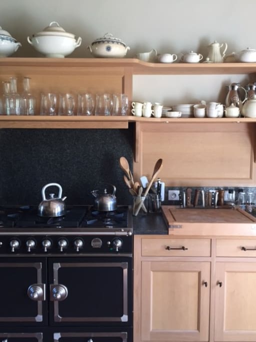 Belle cuisine en chene, cuisiniere La Cornue. Beautiful oak kitchen, La Cornue cook.