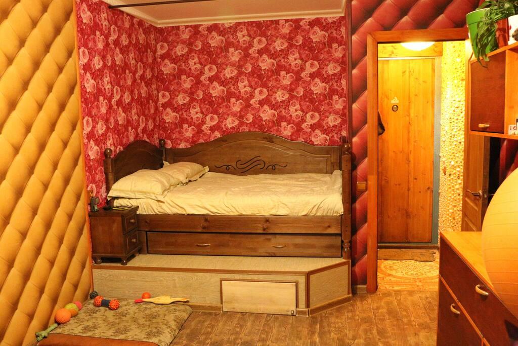 Кровать на 2 человек. Остальным придется спать на надувном матрасе :)