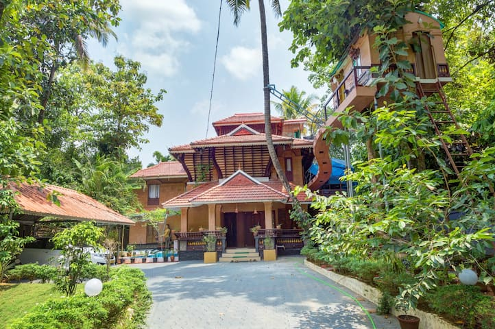 MUNKUDIL AYURVEDA YOGA RETREAT & ART GALLERY - Ernakulam