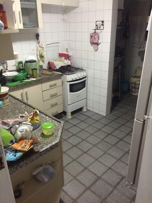 Cozinha com area de servico ao fundo