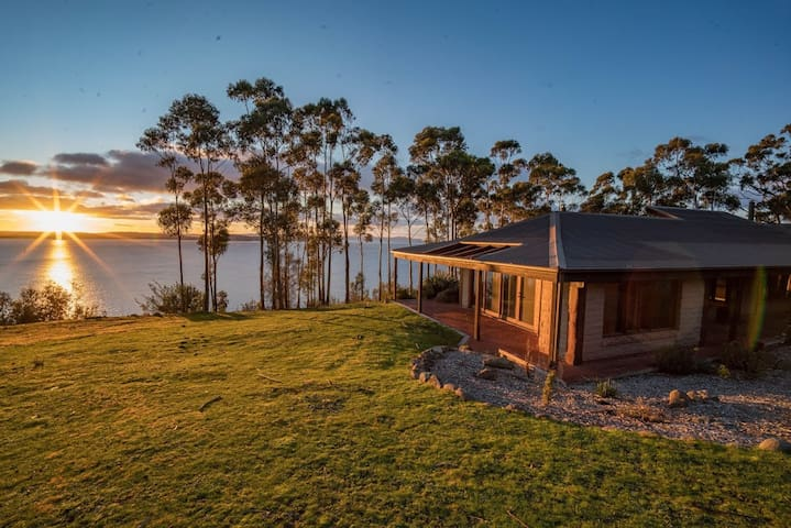 Tinderbox Cliff House - Waterside Private Retreat