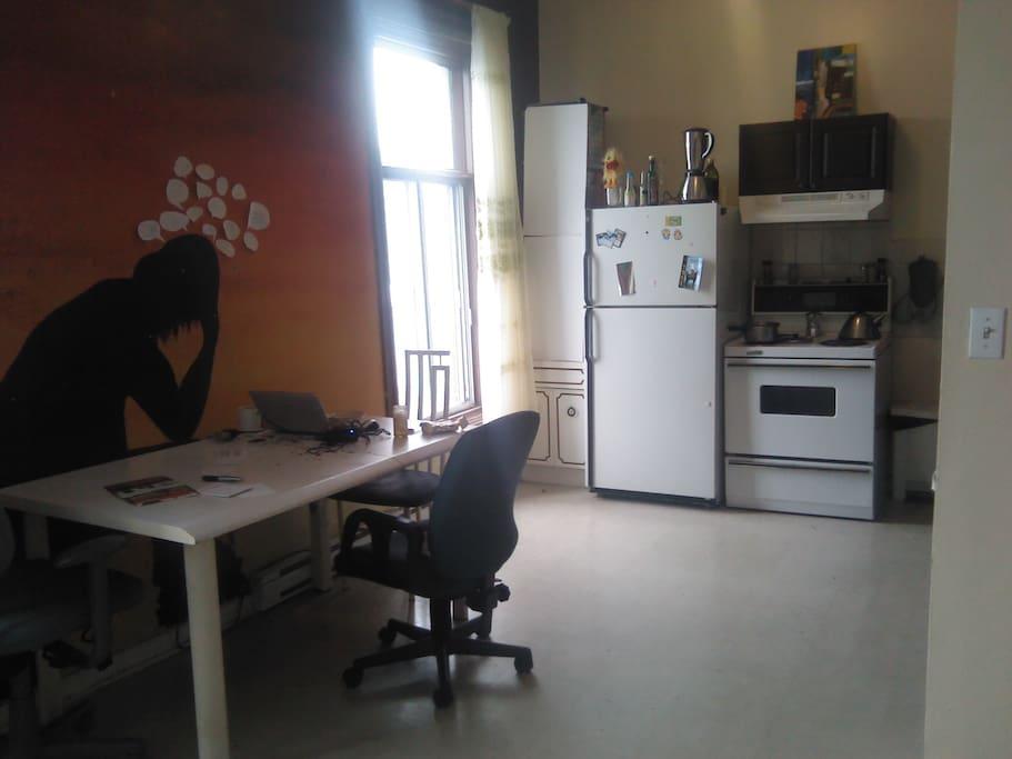 la cuisine-salon  orientée plein sud, elle est donc lumineuse. Ce qui est bien agréable l'hiver !