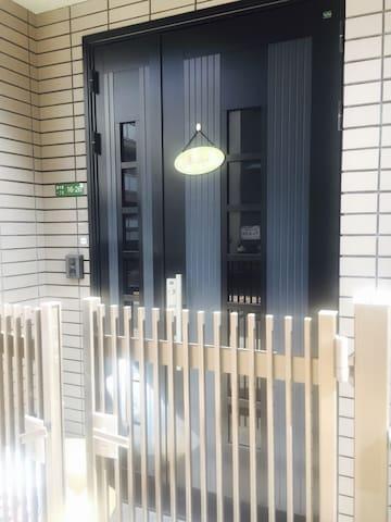 一户建三层,一楼三楼均有客房,二楼洋式和式一体超大活动室,欢迎您入住。 - 大阪市 - House