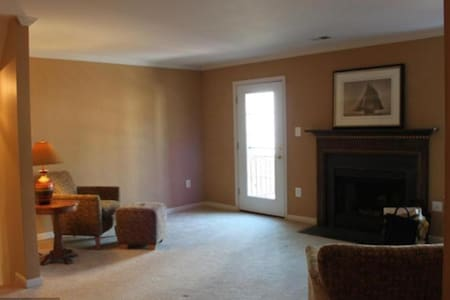 Peaceful Townhouse near Kingstowne *Unfurnished* - Franconia
