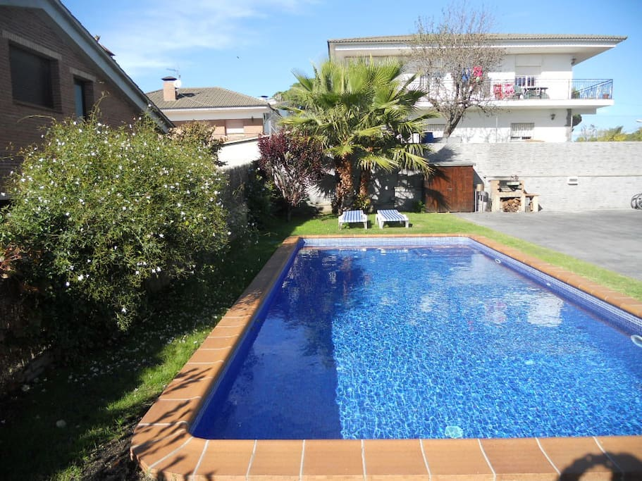 House with garden and pool nearby barcelona villas for for Pool show barcelona