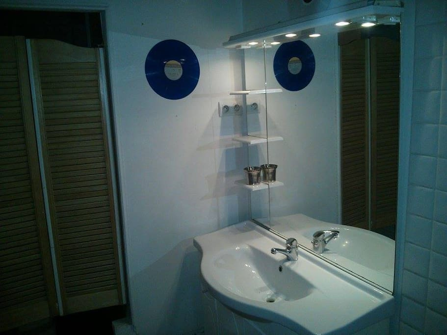 Salle de bain avec baignoire et machine à laver.