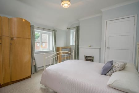 Lovely double room in RG8 - Cray's Pond