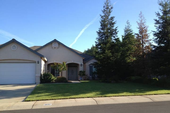 Peaceful private rm w/patio,queen bed, kitchen use - Redding