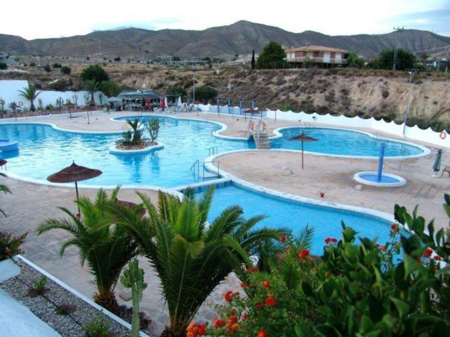 Espectacular piscina comunitaria, con pase privado. Cuenta con interior