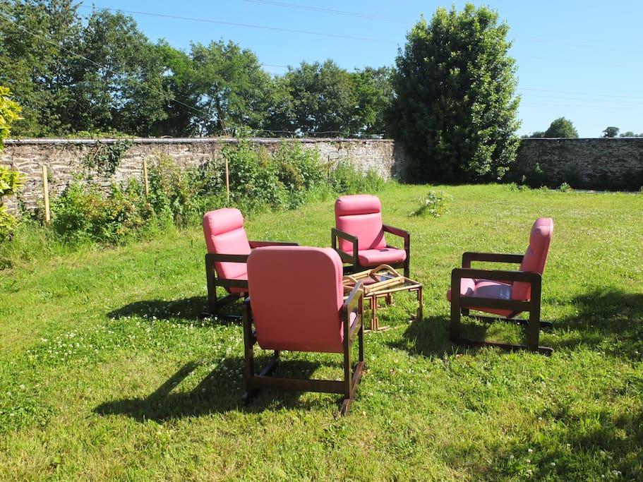 salon de jardin pour profiter des journées ensoleillées.