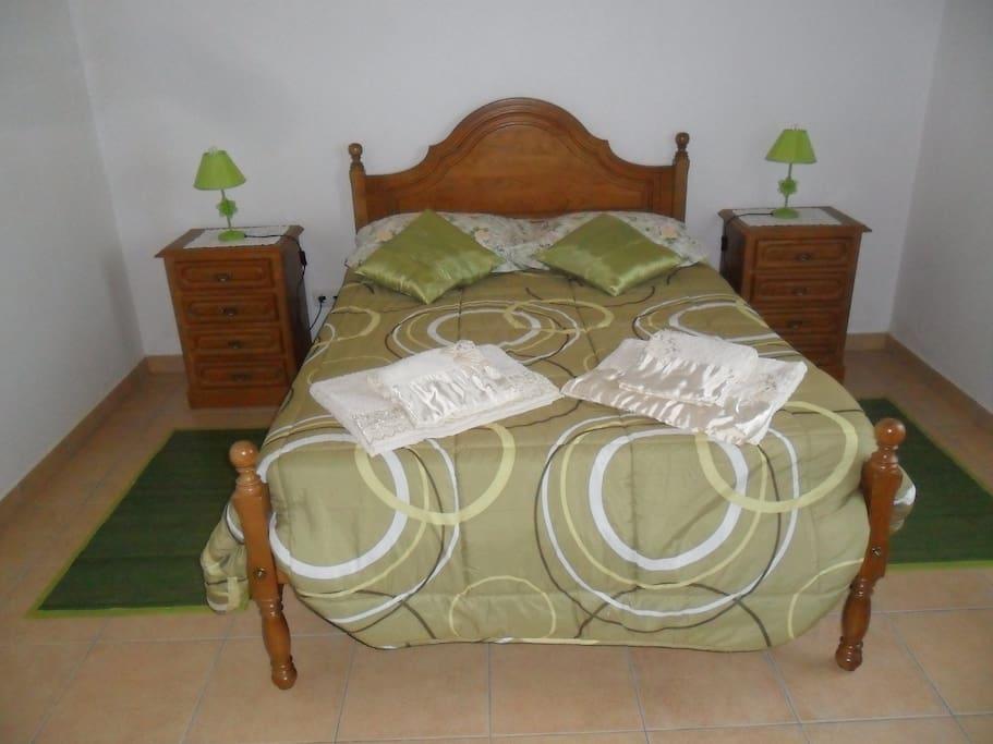 o quarto e cama de casal