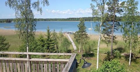 Ved havet – Svensk rød hytte med nydelig utsikt