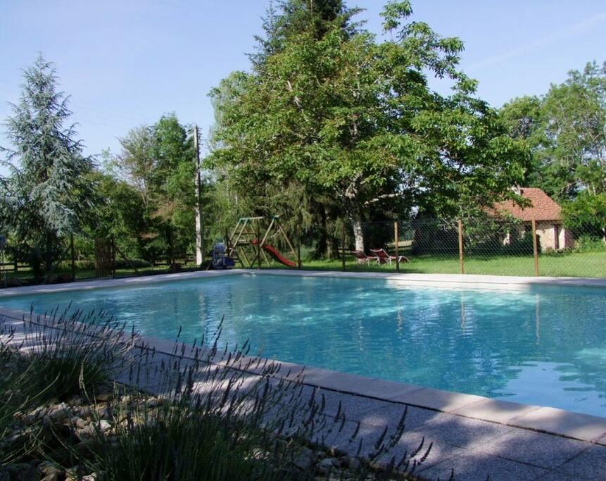 Grande piscine sécurisée, chauffée de mai à octobre et réservée à nos hôtes (13x6,5)