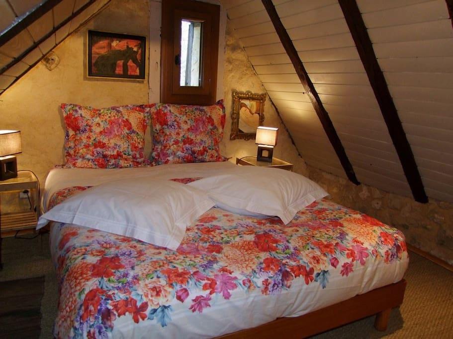 Chambre mansardée avec lit 140