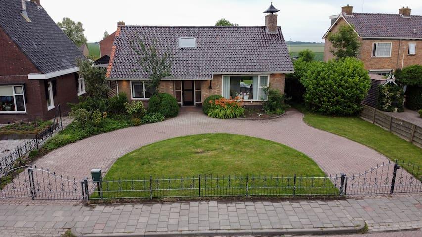 Knusse vrij staande bungalow met een riante tuin.