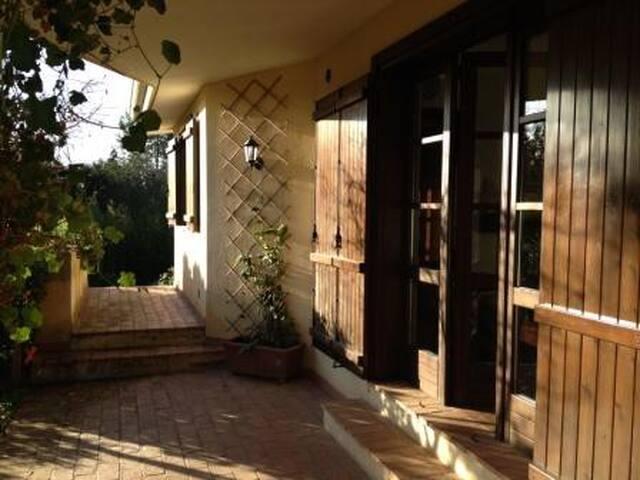 Villa in campagna tra gli ulivi e orti