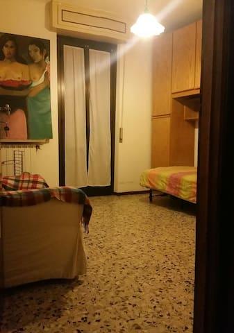 Camera da letto in casa di corte