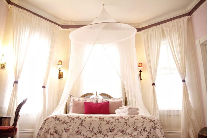 La Belle's Boudoir, a Romantic Room @ The 2CV!