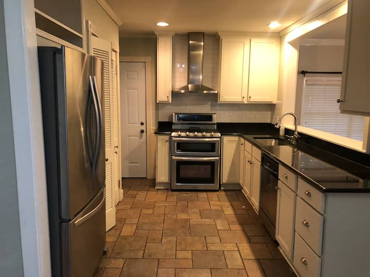 Awesome 3 bed room. In a PHENOMENAL location!