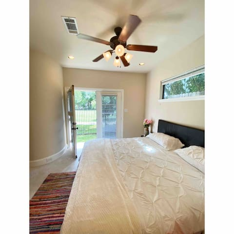 Pvt. Bed/Bath with side yard entrance! Inner Loop