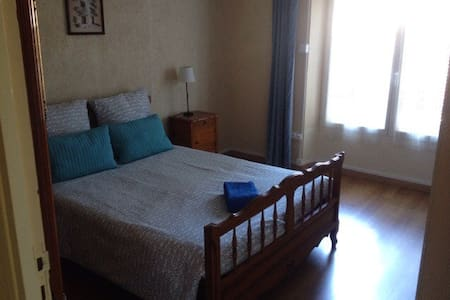 Double bedroom in city center - Millau